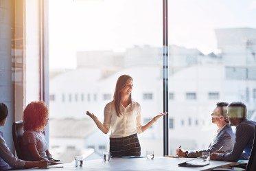 chefer som sitter runt ett bord och utbildas i Kundservice för chefer