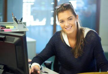 tjej som jobbar som Kundservice för service desk